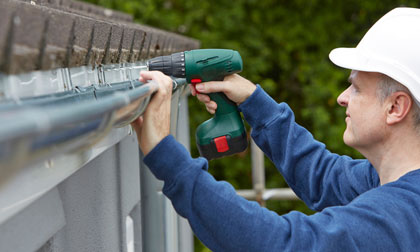 installing and replacing new guttering